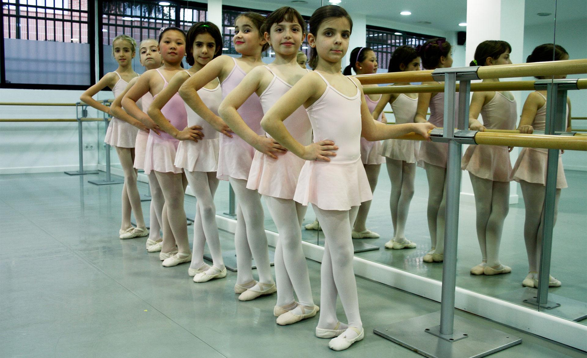 niñas de ballet básico en barra